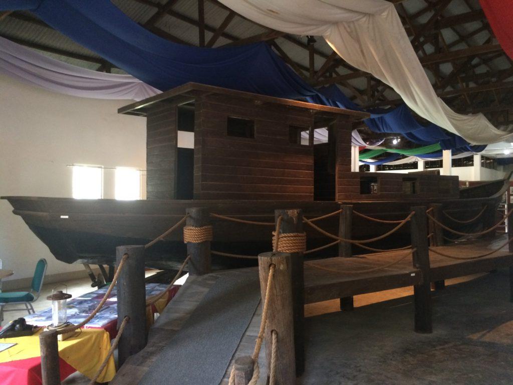 Con-thuyen-Phu-Khang-tung-mang-theo-gan-100-nguoi-vuot-bien-tu-Vietnam-sang-Philippines_Bataan-Vietnamese-Refugee-Camps_VIETNAM-VOICE