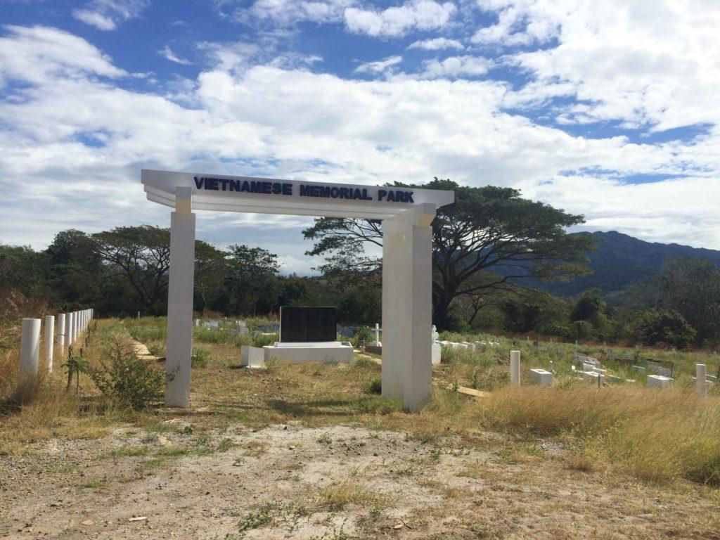 Nghia-trang-nguoi-Viet-ti-nan-tai-Bataan-Trai-ti-nan-Bataan_Bataan-Vietnamese-Refugee-Camps_VIETNAM-VOICE