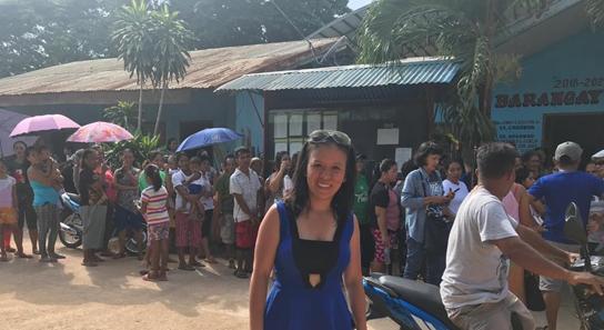 Mai Trương hội ngộ dân làng đảo Coron sau 30 năm xa cách (họ đang sắp hàng để nhận một chút ân tình từ cô Mai)